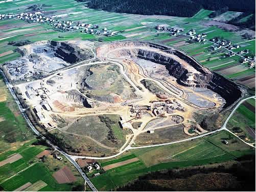 Kamieniołom dolomitów dewońskich do produkcji kruszyw łamanych Laskowa Góra z lotu ptaka
