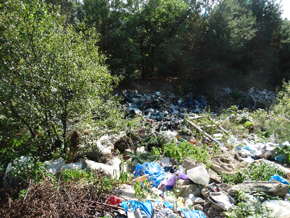 Odpady składowane w zaniechanym wyrobisku w gminie Dubicze Cerkiewne w powiecie hajnowskim