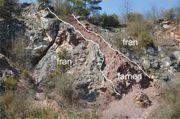 Zachodnia ściana kamieniołomu południowego z brunatnej barwy osadami famenu zaklinowanymi w obrębie wapieni franu